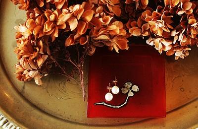 本物の四つ葉のクローバーと赤の厄除け