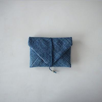 藍色のポーチをかばんにしのばせて。