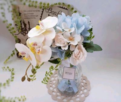 涼やかなカラーで楽しむ枯れないお花。蘭・あじさい・バラのスタンディングブーケ〈ガラス花瓶付き〉ブルー