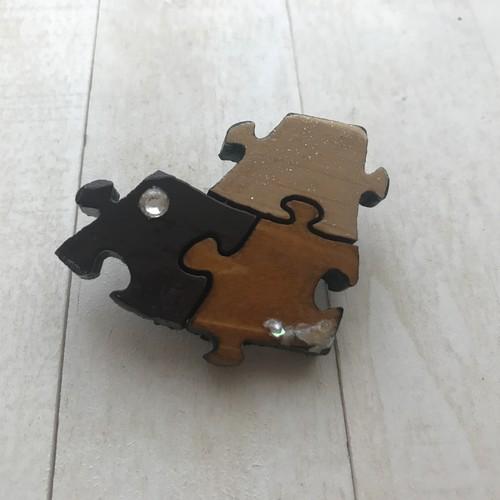 木製パズル型のブローチ
