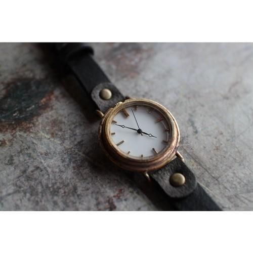 真鍮の刻みのある時計