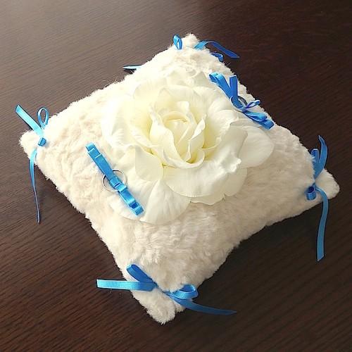 バラとブルーのリボンを飾ったファー製リングピロー