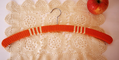 ドイツ・ヴィンテージ 手編みニットハンガー クロッシェ 編みぐるみブランケット/細糸オレンジと白