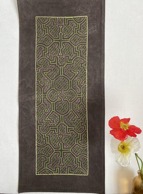 プレイスマット 泥染め刺繍 77x34.5cm AAA 中型刺繍 額装 シピボ族の工芸 手刺繍 テーブルセンター