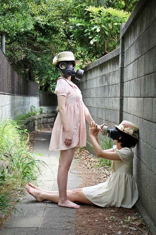 額装写真『歪んだ百合ガスマスク』
