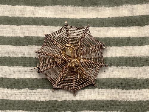 ブローチ spider on web