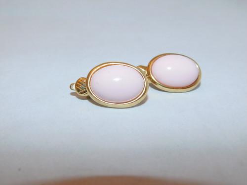 トリファリのピンク色イヤリング(ビンテージ)  Trifari pink color vintage earrings(made in U.S.A. )