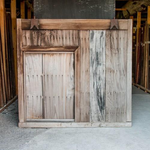 浮造りの美しい杉のくぐり戸