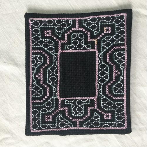 コースター刺繍 額風黒8 シピボ族の刺繍