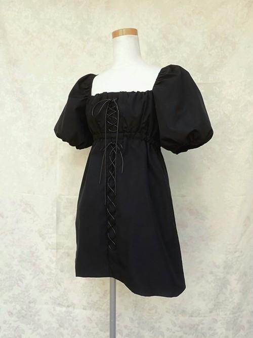 パフスリーブと2段編み上げのシャーリングワンピース 黒