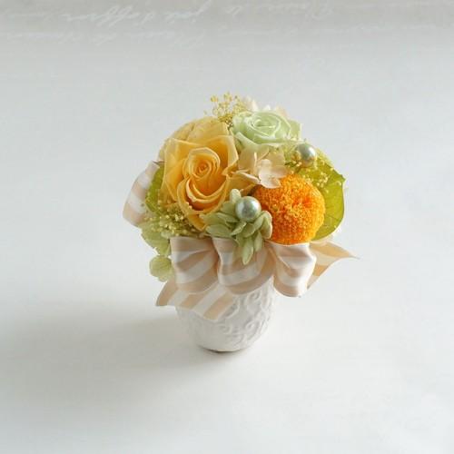 黄色いバラとピンポンマムのアレンジメント