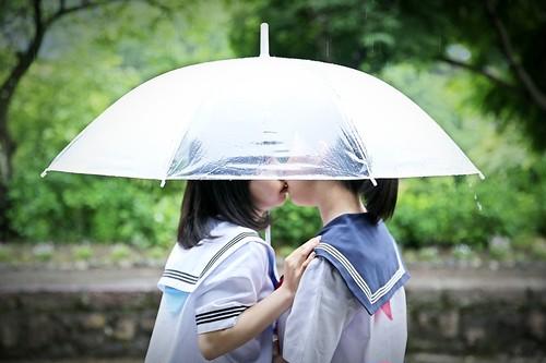 額装写真『君の傘の中で百合ちゅっちゅ』