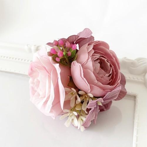 小花をあしらったピンク紫のコサージュ