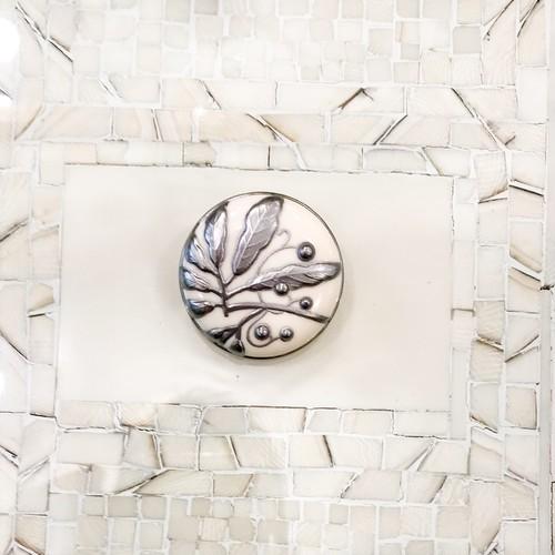 象牙色の樹脂に銀彩、藪柑子(ヤブコウジ)のブローチ