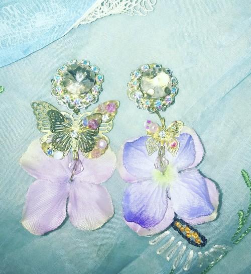 花びらに止まる蝶々イヤリング