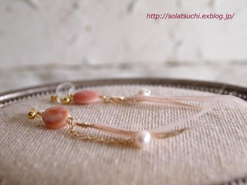 ピンクの細い羽根とピンクシェルの樹脂イヤリング