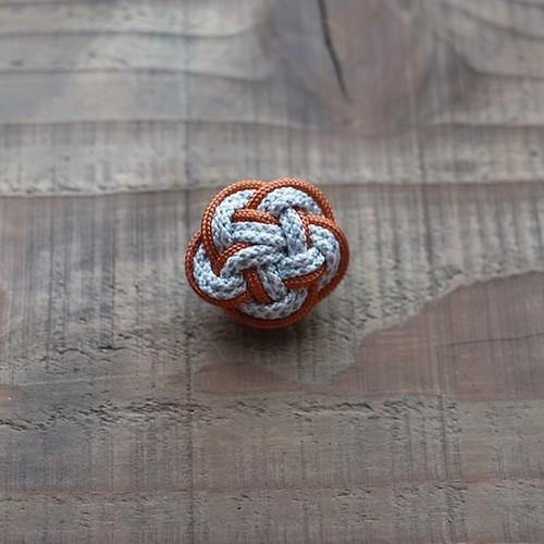 梅結びのブローチ-orange×white