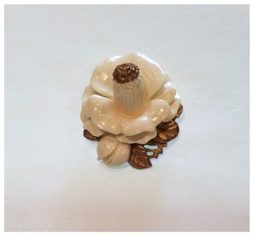 象牙色の樹脂に金彩 椿のブローチ