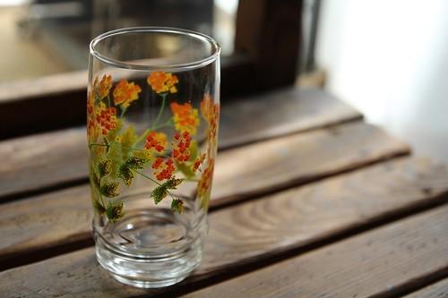 黄色とオレンジの小花のガラスコップ