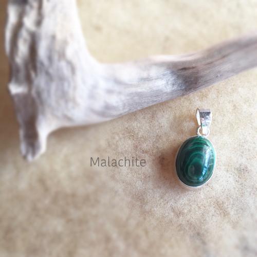 【マラカイト】じっくりと癒しつくす!孔雀の羽のグリーンストーン♡