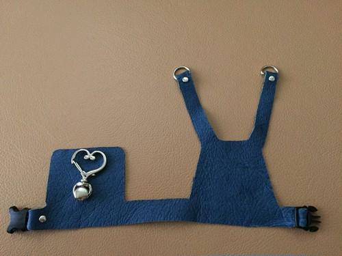 青い革のハーネス ハートの金具 L