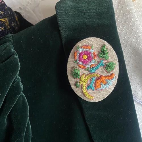 17世紀の花の刺繍ブローチ_by Cores Vivas
