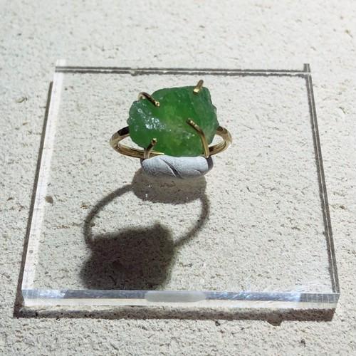 グリーングロッシュラーガーネットの真鍮槌目リング(13号)