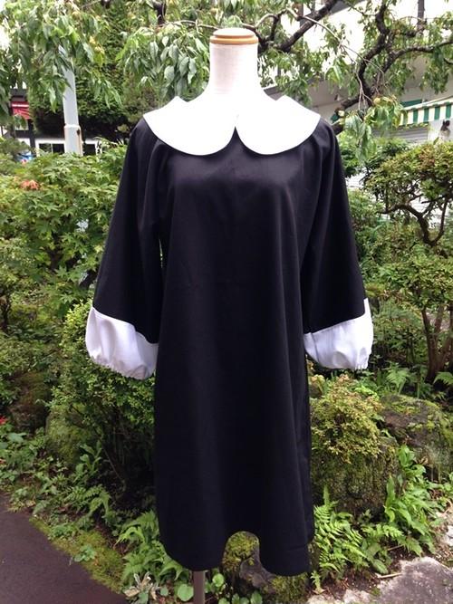ぷっくり白カフス風の袖が可愛い丸襟リトルブラックドレス。一点物