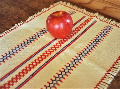 シンプルステッチ 毛糸刺繍 テーブルライナー クロスステッチ 東欧刺繍好き