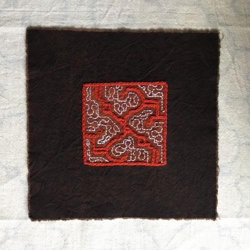 コースター 刺繍3 赤茶 アマゾンの泥染め シピボ族の刺繍