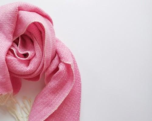体にそっと馴染んでくれるカシミヤストール 手織り ピンク 928