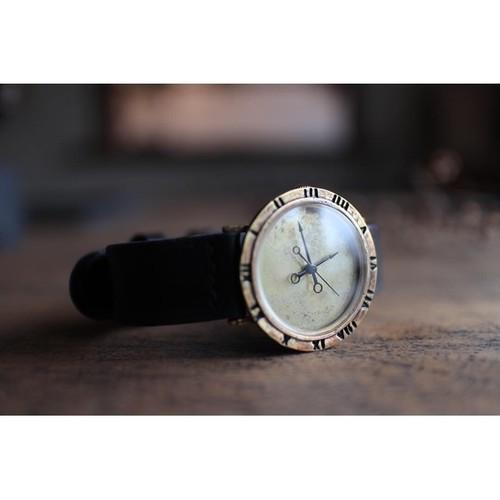 周りに刻印のある時計