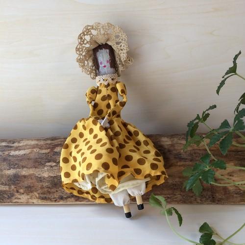 木の人形(黄色と茶の水玉)