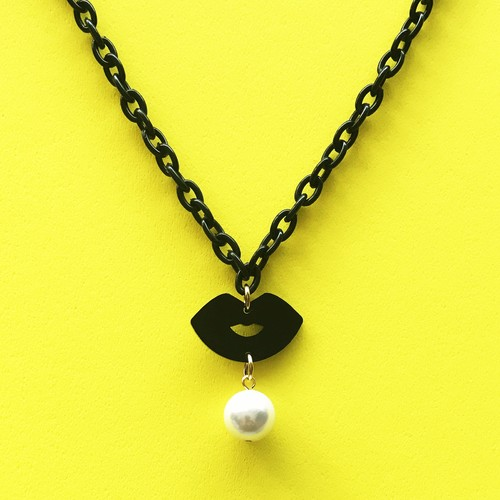 KISS KISS NECKLACE-black / c-ki002bk