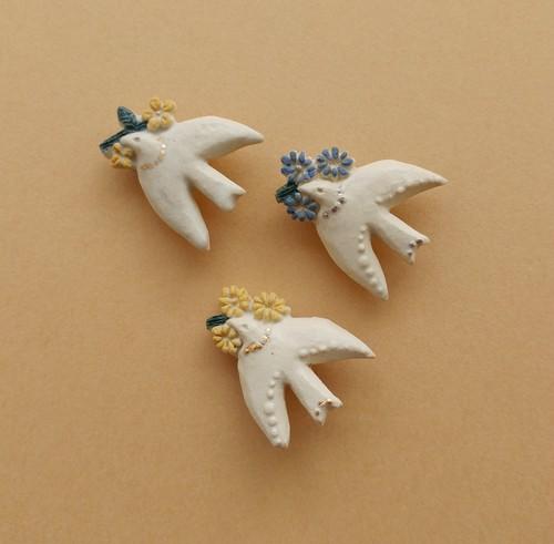 花を運ぶ鳥ブローチ