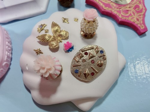 宝石の化石と蝶の指輪置き