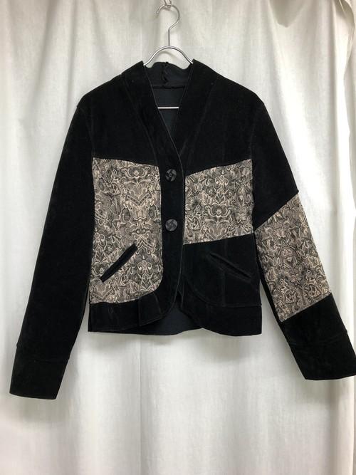 クールなノーカラーの刺繍ジャケット