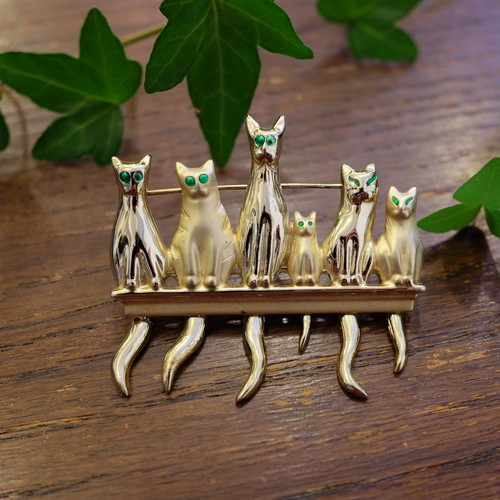 """ AJC [エージェーシー] "" 70's 猫ちゃん達がこっちを見ながら並んでいるファニーなヴィンテージブローチ    [BV-344]"