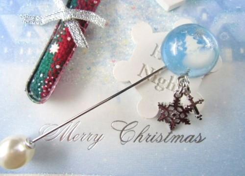 ホワイトクリスマスの風景を閉じ込めたスノードーム風ハットピン