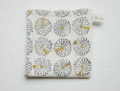 乾きやすく心地よいハンカチタオル(小/White flower)admi生地×リネン100%ワッフル生地