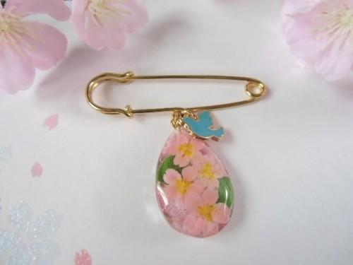 桜のしずくのカブトピンブローチ