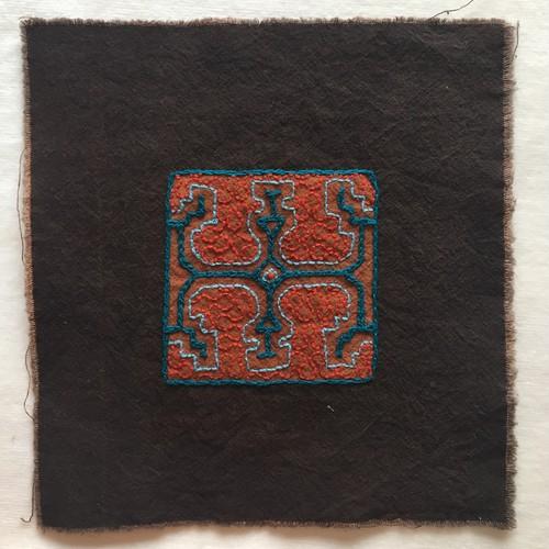 泥染めコースター 刺繍17cm-9 アマゾンの泥染め シピボ族の刺繍