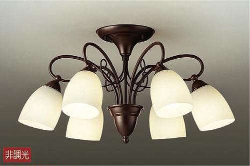 アンティークデザインの6灯シャンデリア。