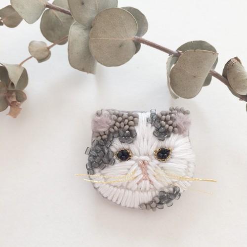 【受注生産】《プチサイズ》ペチャ顔ネコ gray x white 刺繍ブローチ