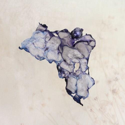 染めオーガンジーの大ぶり片耳ピアス|黒ブルー