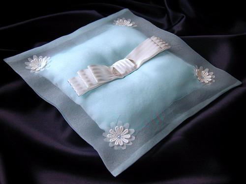 [送料無料]オーガンジーで包んだ水色のリングピロー