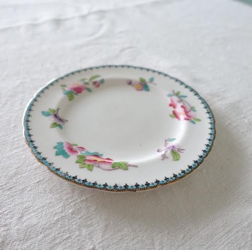 エキゾチックな花柄のケーキ皿