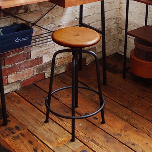 置くだけで様になる、木と鉄のスツール。これ一つでカフェ感が増します!【高さ調整可能】