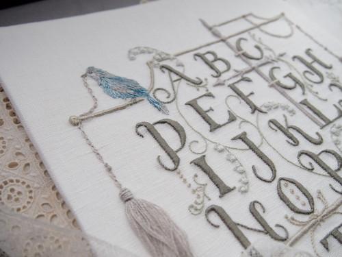 刺繍キット「鳥のいるアルファベットサンプラー」