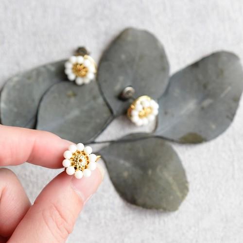 【チタンピアス・イヤリング】アンティークレトロ 小ぶりなお花・白珊瑚